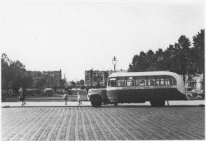 Prinsesseweg-halte-Nassauplein-bus-van-de-gemeentetram-gezien-naar-het-westen-1940-300x206-1